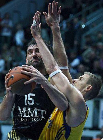 Jorge Garbajosa entra a canasta ante el jugador del Khimki Robertas Javtokas.