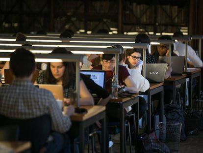 Estudiantes de la Universidad de Barcelona estudian en la biblioteca del edificio histórico de la UB.