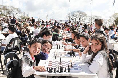Algunos de los 1.500 participantes en la Jornada de Ajedrez Arte el pasado viernes en el Monumento Nacional a la Bandera, en Rosario (Argentina)