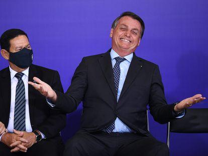 El presidente Bolsonaro este lunes junto a su vicepresidente, el general Hamilton Mourão, en un acto público en Brasilia.
