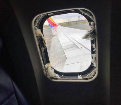 Imagen de la ventana rota tomada por el pasajero Marty Martínez y difundida en redes.
