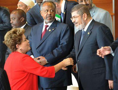 Dilma Rousseff saluda al egipcio Mohamed Morsi.