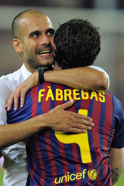 Guardiola abraza a Cesc tras ganar la Supercopa de España.