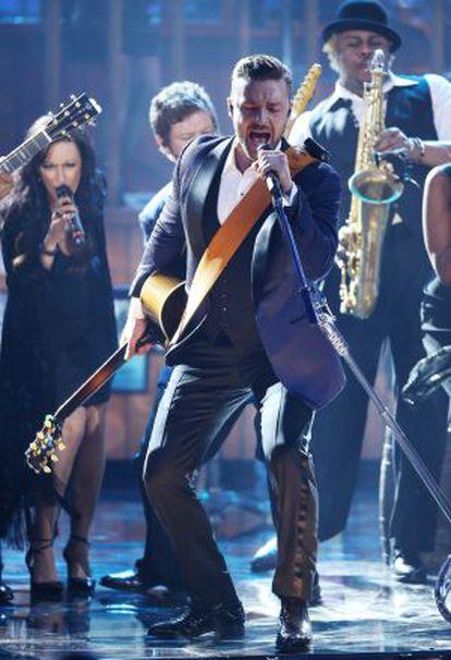 Justin Timberlake actúa en la ceremonia de los American Music Awards.