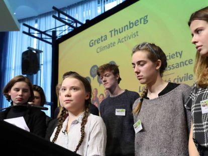 Greta Thunberg, flanqueada por las líderes estudiantiles belgas, en Bruselas este jueves.