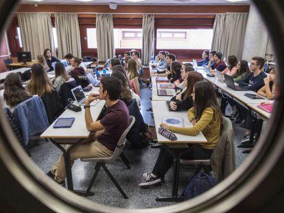 Estudiantes en una clase de la facultad de derecho en Valencia.