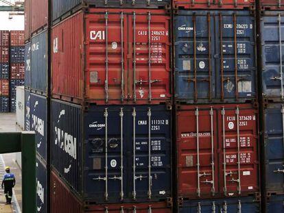 Contenedores con mercancía listos para embarcar en el puerto de Santos (Brasil).