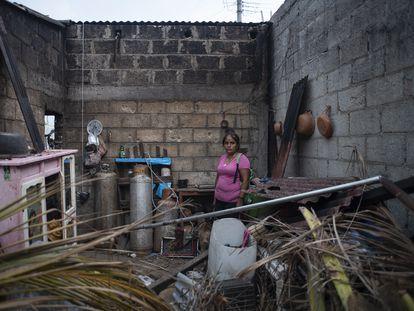 Rosa Castro, en el interior de su cocina, afectada por el huracán 'Grace' en Tecolutla, Veracruz, el 1 de septiembre.
