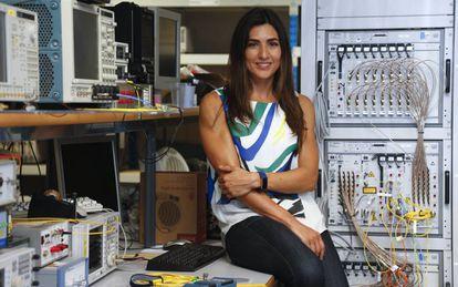 La ingeniera de telecomunicaciones Ivana Gasulla, en su laboratorio en Valencia.