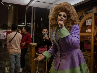 La drag queen Liza Zan Zuzzi hace un 'lip sync' para entretener a los asistentes del bar Tijuana.