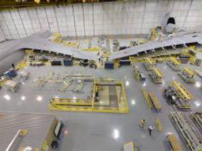 Un empleado trabaja en una planta manufacturera de Lockheed de Marietta, Georgia, EE.UU.. EFE/Archivo
