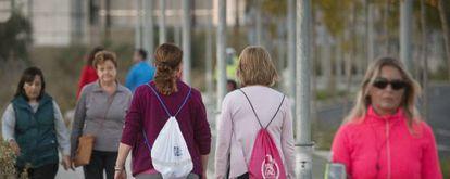 Un grupo de mujeres pasea o hace deporte en una ciudad andaluza.