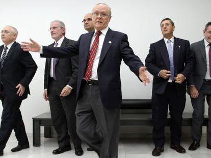 Los cinco rectores de las universidades públicas tras el director de la Real Sociedad Económica de Amigos del País, Francisco Oltra.