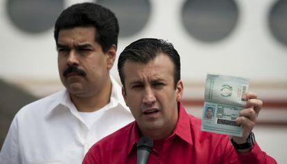 Tarek El Aissami con Maduro, en una imagen de archivo. / REUTERS