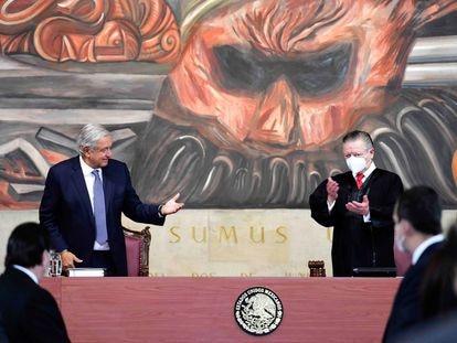 Andrés Manuel López Obrador, a la izquierda, en una comparecencia con Arturo Zaldívar, presidente de la Suprema Corte.