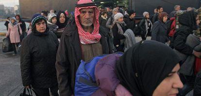 Un grupo de refugiados llega a Atenas desde la isla griega de Lesbos.