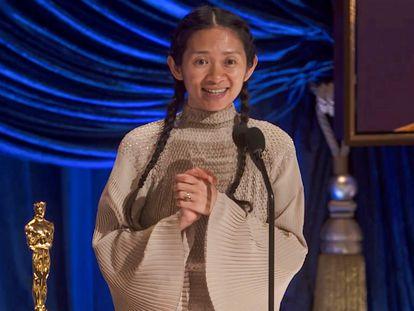 La pekinesa Chloé Zhao recoge la estatuilla a mejor dirección, durante la 93º gala de los Oscar.