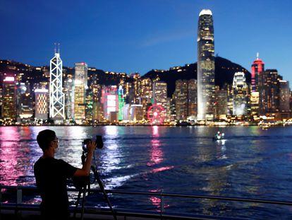 Un hombre que lleva mascarilla realiza una foto en Hong Kong.
