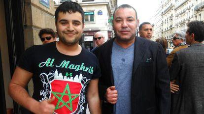 Omar el Far, inmigrante marroquí en Francia, logró fotografiarse con Mohamed VI en la plaza Vendôme de París a mediados de mayo.