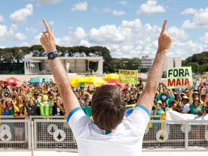 Bolsonaro saluda a manifestantes contra el Congreso y el Tribunal Supremo, el pasado 15 de marzo en Brasilia.