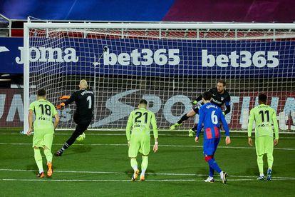 Dmitrovic marca de penalti.