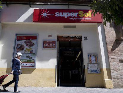 Fachada de un supermercado SuperSol en Sevilla.