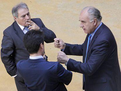 Rus y Blasco, de cara, hablan en el patio de las Cortes Valencianas en 2012.