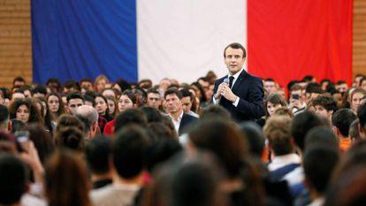 Emmanuel Macron participa en un encuentro con jóvenes como parte de su programa para salir de la crisis.