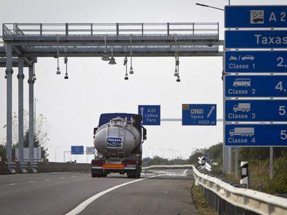 Cartel con los precios de los peajes en una carretera de Portugal.
