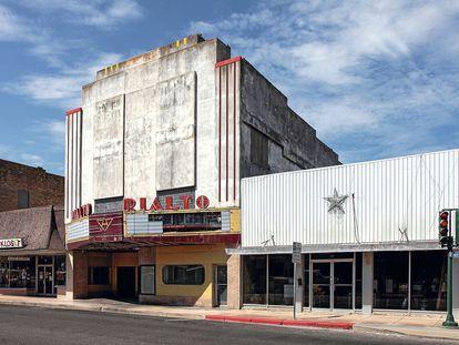 Solitarios vestigios de cristal y hormigón del cine Rialto, en Alice, Texas.
