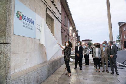 La ministra de Justicia, Beatrice Artolazabal, dio a conocer un cartel que visualiza el traspaso de cárceles al gobierno autónomo.