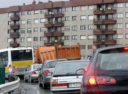 Cola de vehículos en una de las entradas en Bilbao desde la A-8.