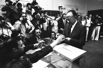 Santiago Carrillo vota en las primeras elecciones legislativas democráticas.