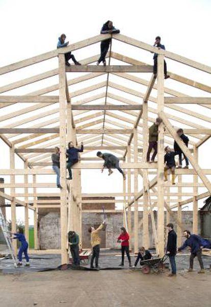 Los integrantes de Assemble, durante la construcción de Sugargouse Studios en (Londres).
