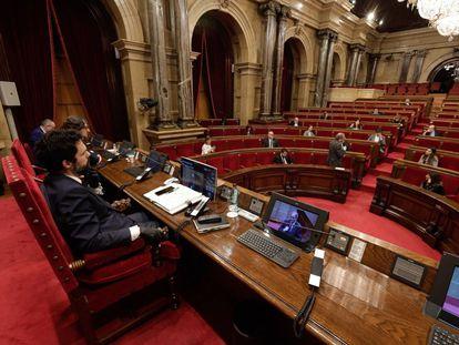 El presidente del Parlament, Roger Torrent, escucha la intervención de Quim Torra el pasado abril.