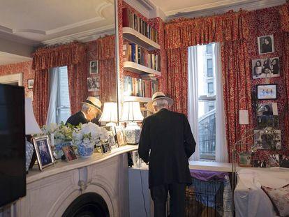 """Libros, flores, fotos y espejos son los elementos esenciales de la estética de los Talese. Las cortinas las eligió su esposa, Nan, que quiso insuflar """"un golpe de vida"""" a un espacio, que, pese a ello, raramente usan."""