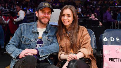 Lily Collins y Charlie McDowell, en un partido de baloncesto en el Staples Center de Los Ángeles, California, celebrado el 13 de enero de 2020.