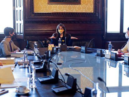 La líder del Parlament, Laura Borràs (centro) preside la primera reunión de la mesa de la Cámara, flanquada por las vicepresidentas Anna Caula (izq.) y Eva Granados (der.)
