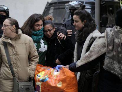 Yanaina, una de las desalojadas, es consolada tras el desahucio.