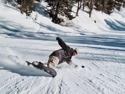 Un amante del 'snowboard' disfrutando de un descenso en la nieve.