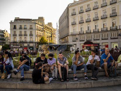 Varios jóvenes, en la Puerta del Sol de Madrid el pasado 8 de julio.