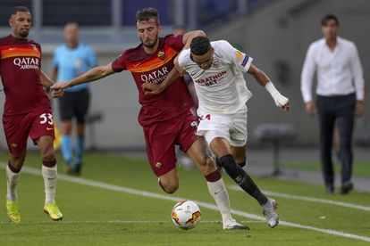 En-Nesyri, autor del segundo gol del Sevilla, se marcha de Cristante.