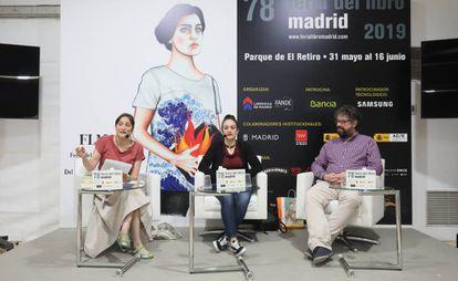 Conversación entre la periodista Carmen Morán y los escritores Virginia Mendoza y Sergio del Molino en la Feria del libro de Madrid.
