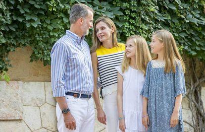 Los Reyes con sus dos hijas, el pasado lunes en el posado en los jardines del Palacio de Marivent de Palma de Mallorca.