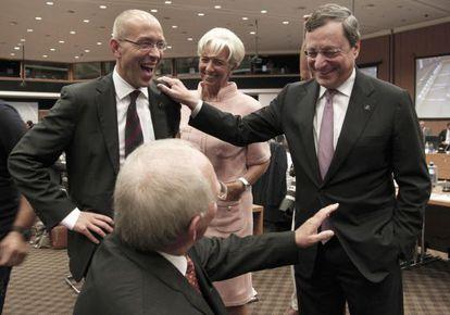 De izquierda a derecha, Jörg Asmussen, consejero del BCE; Wolfgang Schauble, ministro de Finanzas alemán (sentado); Christine Lagarde, directora del FMI, y Mario Draghi, presidente del BCE, en la reunión de ayer del Eurogrupo en Nicosia (Chipre).