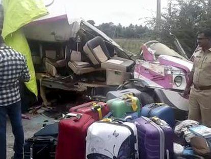 El conductor del vehículo, indio, también ha fallecido. A bordo del microbús viajaban 13 españoles