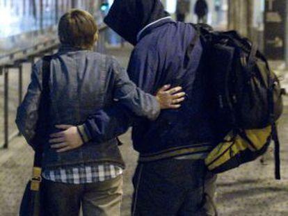Uno de los detenidos abandona la Ciudad de la Justicia acompañado por un allegado.
