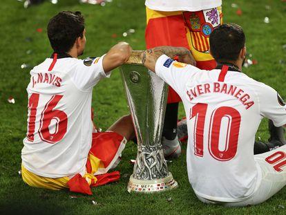 Banega, con la última copa de la Liga Europa ganada con el Sevilla con Jesús Navas.