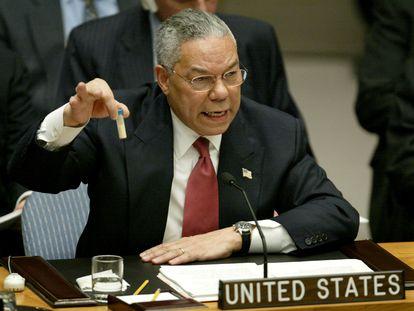 Colin Powell muestra un tubo que, según dijo, podía contener Antrax, el 5 de febrero en el Consejo de Seguridad de la ONU.