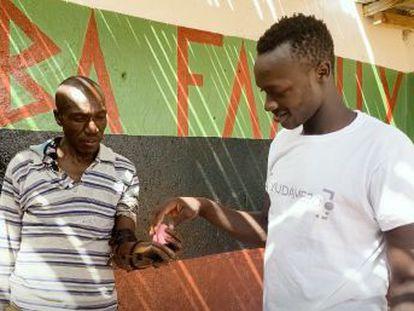 Planeta Futuro acompaña a Guillermo Martínez a Kenia, donde Ayúdame 3D ha establecido su primera base de operaciones fuera de España para crear prótesis para personas sin brazo